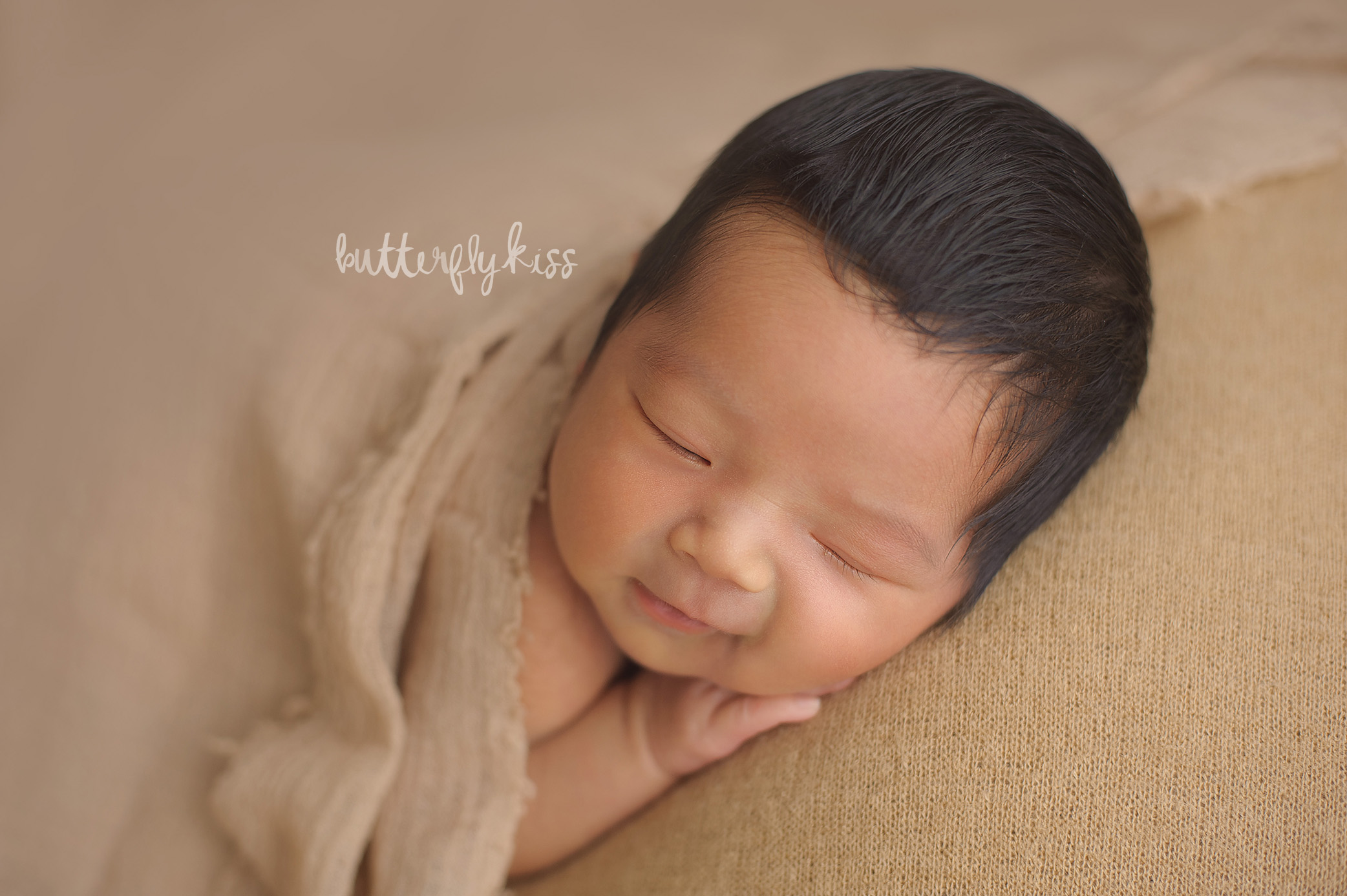 olympia newborn photographer monotone neutral earthtone earthy baby smile smiling picture