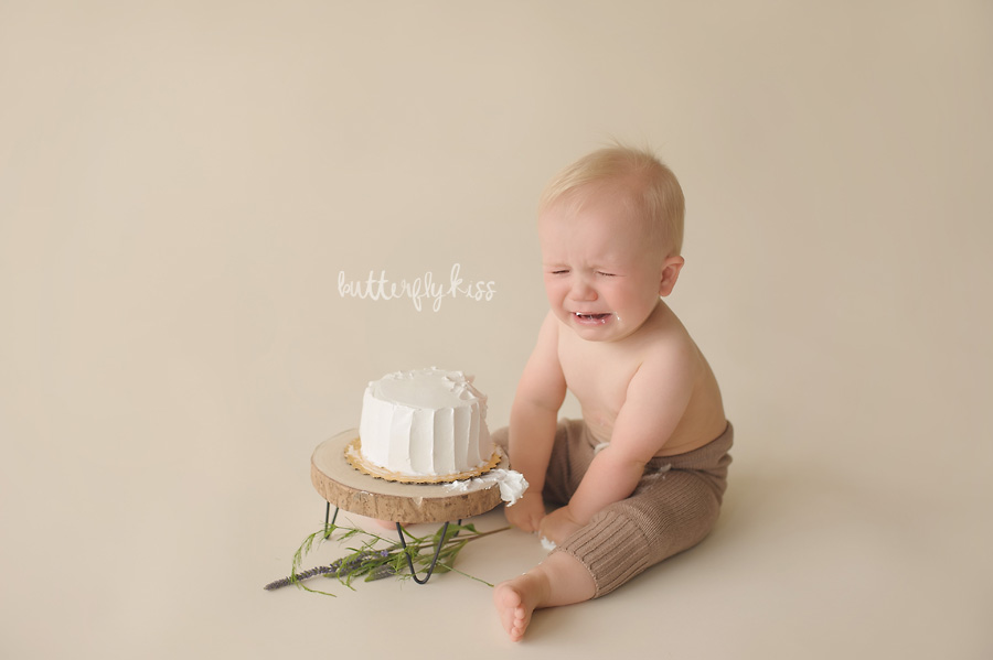 tacoma baby photographer classic simple first birthday pictures cake smash crying cry